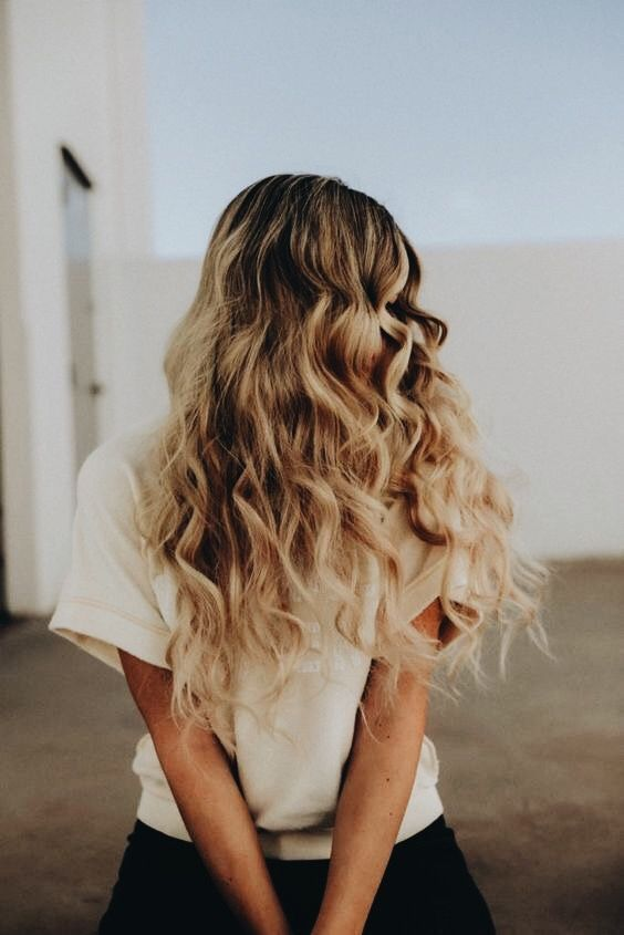 48 Feminine Curly Long Hairstyle Ideas for Young Ladies Long curly hairstyles are flattering for many women and can work for a variety of hair types and colors. Whether you are in search of a casual or formal style, this look will surely score you high marks. A curly hairstyle can easily accentuate your looks; it is fashionable, feminine and chic. Moreover, curls, when …