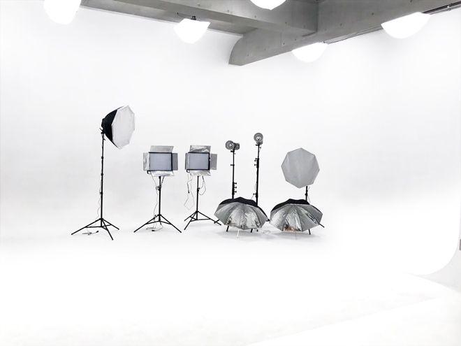 池袋駅徒歩4分!広々白Rホリゾントが美しい格安撮影スタジオ 東京都内池袋駅徒歩4分!天井が高い白Rホリゾントが美しいレンタル撮影スタジオ。 スタジオ内に配置されたゴシック調の家具やシャンデリアもお洒落!コスプレやモデルの撮影会はもちろんのこと、各種番組撮影やバンドのPV撮影などにも最適です! また、白ホリゾントはスクリーンとして使用する事も可能。プロジェクターも貸し出ししているので上映会やプレゼンの会場としてもご利用いただけます。 スチール撮影、ムービー撮影、各種イベントの会場としてもご利用できるレンタルスペースとなっております。 ただいまオープンキャンペーン中!スタジオレンタル料金がナント半額!ストロボを始め、撮影機材も全て無料!(一部機材を除く) 系列スタジオも各コンセプトに合わせた充実の内容となっています。
