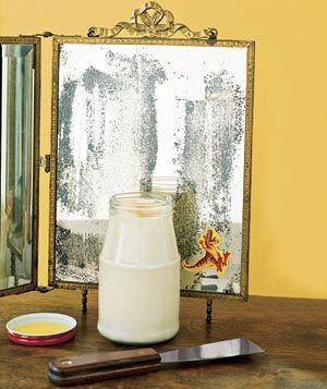 Чтобы избавиться от ненужных наклеек на зеркалах и стёклах, смажьте их майонезом, а затем удалите эластичным шпателем.