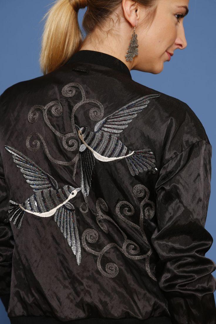 Kurtka bomber jacket z aplikacją - czarny