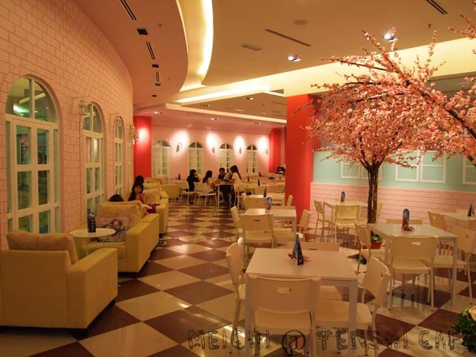 Hina: Here's the cafe interior! We might be changing the decor for Christmas, so look forward to that!