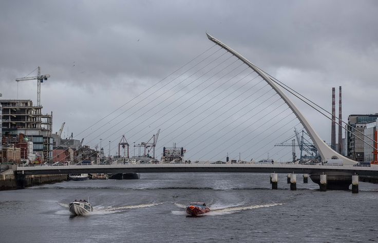 Powerboat racing beneath the Samuel Beckett on the Liffey | Venture Cup Race