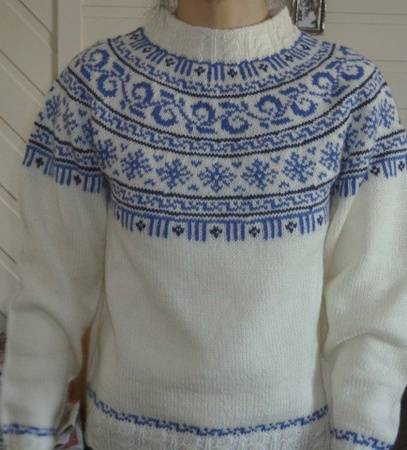 round yoke pullover sweater, blue and white
