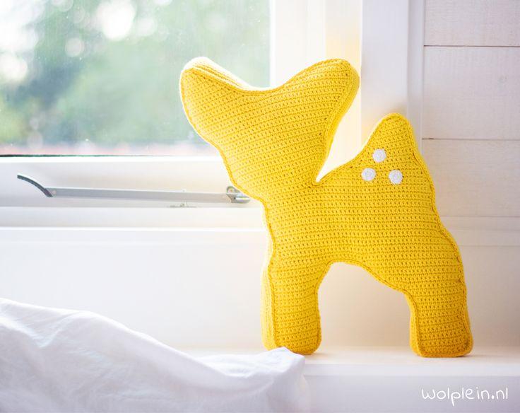 Hertje haken? Met dit gratis patroon maak je eenvoudig dit leuke kussen in de vorm van een hertje. Leuk voor op de bank, in de kinderkamer of ter decoratie!