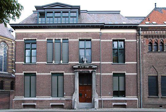 In de Kanaalstraat werd in 1898 met de oprichting Gymnasium Augustinianum door de paters Augustijnen, de eerste middelbare school van Eindhoven een feit. Hans van der Kallen(Havank), Cees Nootenboom, Dries van Agt, Hans Gruyters en 2 van mijn broers kregen hier hun opleiding.