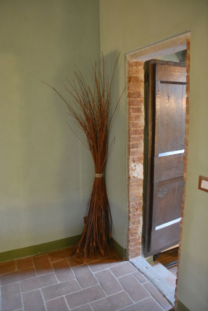 we love decorating our interiors with what we find in the fields: this is made with our willow tree that has beautiful orange flexible branches used in the past to tie grapes.