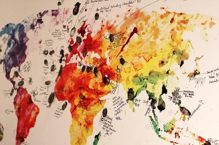 Die Gäste haben Spaß und das Brautpaar ein tolles Erinnerungsstück. Ganz einfach mit dieser Weltkarte mit Fingerabdrücken und Insidertipps der Gäste.