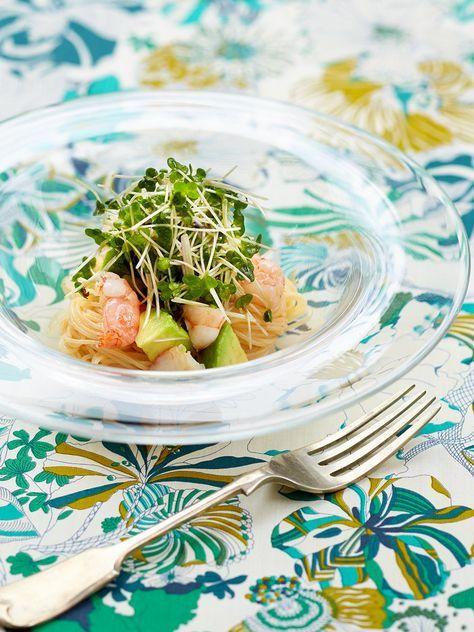 クリーミーなアボカドとプリプリした食感のえびに、スプラウトをたっぷりとトッピング。混ぜながら食べれば、サラダ感覚の冷製パスタに。|『ELLE a table』はおしゃれで簡単なレシピが満載!