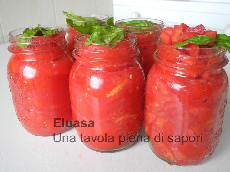 Conserve per l'inverno, pomodori in salsa, a pezzetti, pelati, per mille preparazioni, per avere in dispensa i sapori dell'estate.
