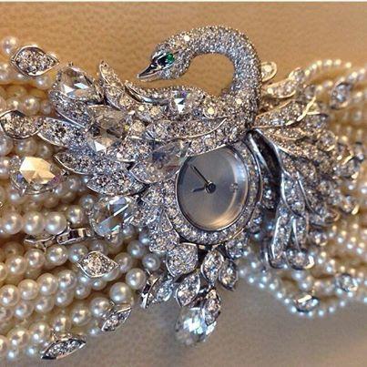 В рамках салона высокого часового и ювелирного искусства SIHH 2014 дом Cartier представил часы в форме лебедя с браслетом из белого золота, жемчуга и бриллиантов. #Cartier #jewelry #watch