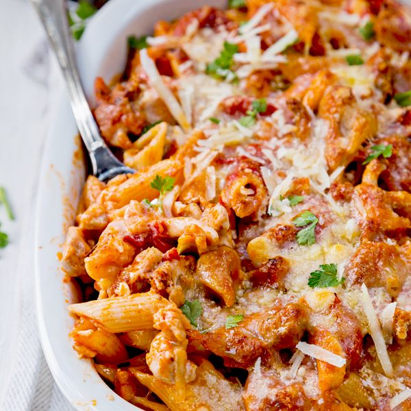 This Chicken and Penne Parmesan Casserole is healthy comfort food at it's best. #pennecasserole #healthycomfortfood #bakedziti