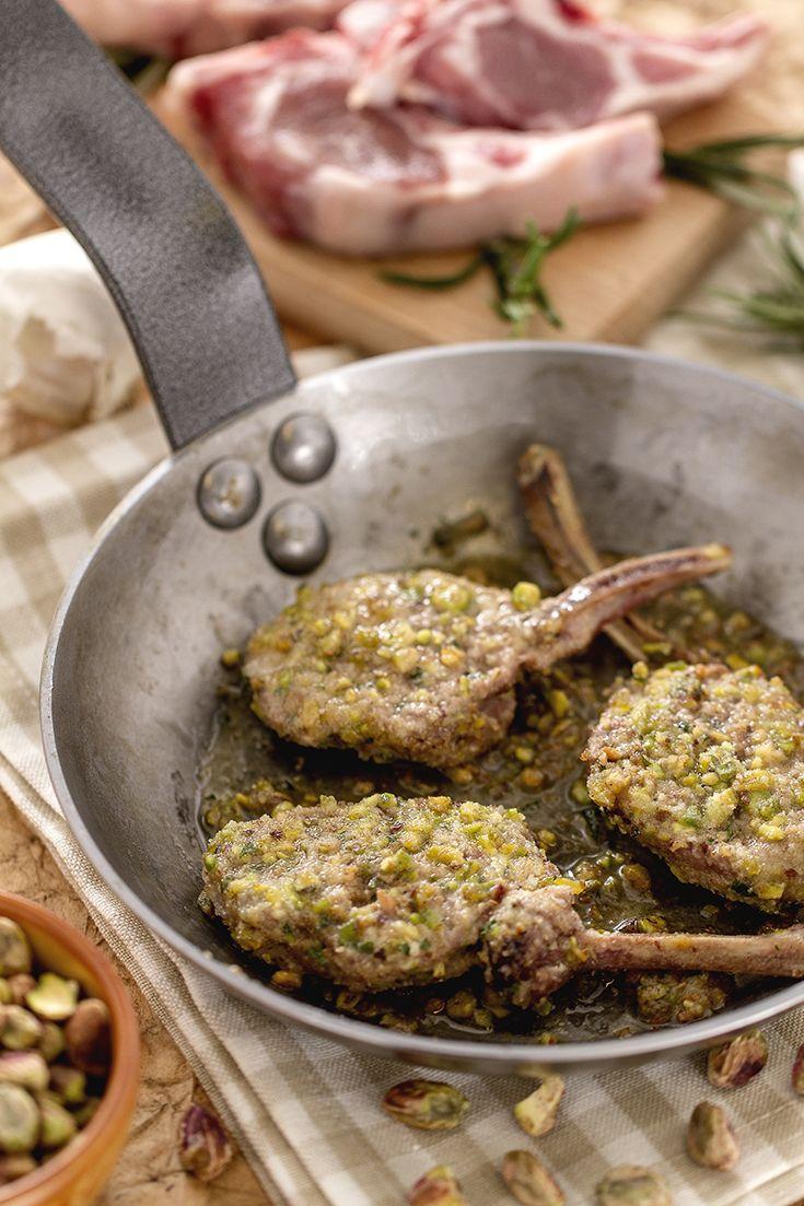 Costolette d'agnello in crosta di pistacchi: preparare un secondo a base di carne in maniera così raffinata e stuzzicante non è mai stato così facile!   [Pistachio-crusted lamb chops]