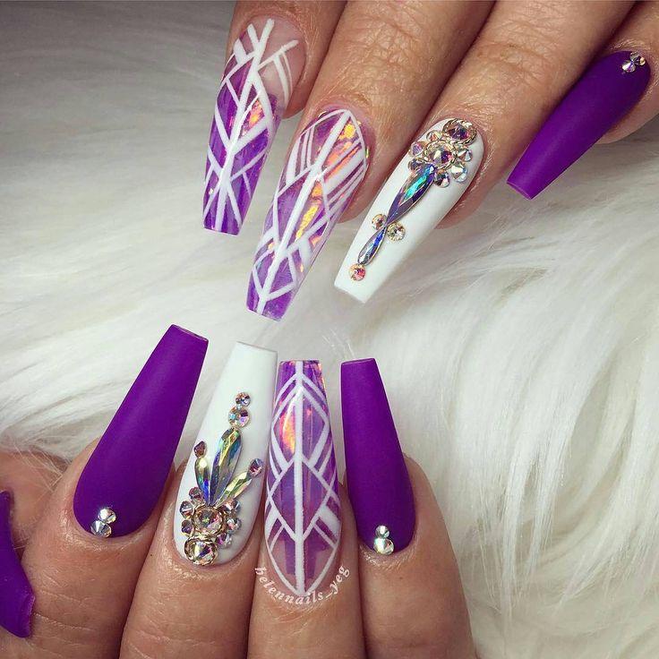 Purple and white nails. Uñas acrilicas en forma squoval color morado y blanco y piedras