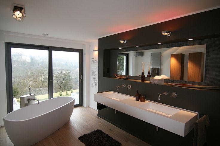 Offene Gemütlichkeit - die freistehende Badewanne mit Blick in den Garten, Fliesen in Holzoptik harmonisch kombiniert, die Badplanung mit offener Dusche ...