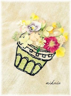 ポーチの刺繍と押し花