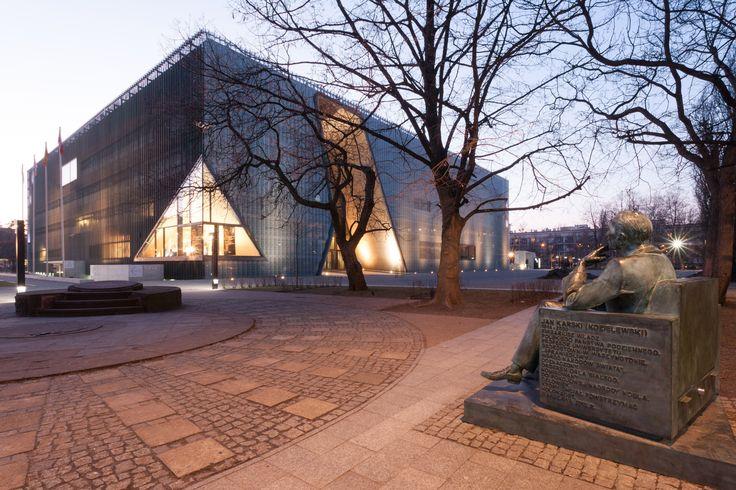 Jan Karski's sculpture next to POLIN Museum in Warsaw by Daniel Ciesielski on 500px