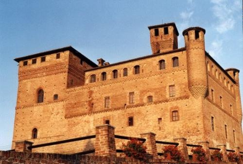 The castle of Grinzane Cavour stands on the top of a hill dominating the small village beneath it. It dates back to the first half of the 13th century, but it was enlarged and made more elegant in the following centuries, above all during the 17th century