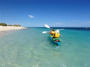 Kayaking in Coral Bay over the Ningaloo Reef