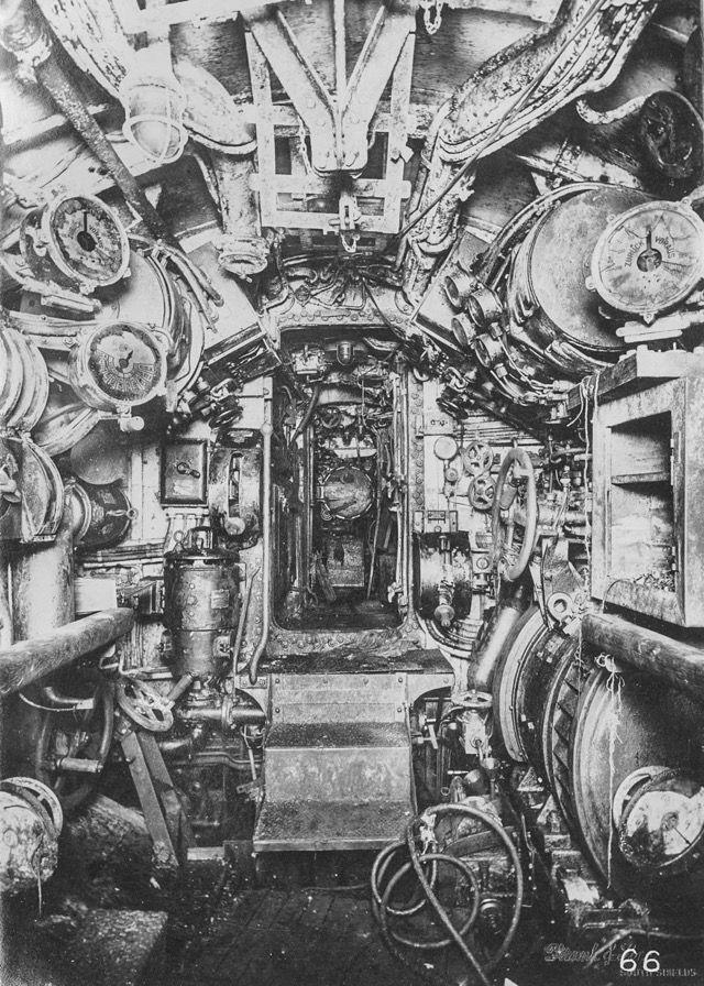 第一次世界大戦時のドイツ海軍潜水艦「Uボート」の内部写真 > エレクトリック・コントロールルーム。奥にはモータールームと船尾魚雷室が見えています。