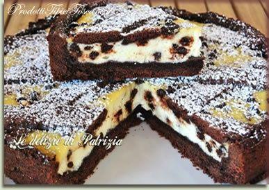 Ricetta Crostata al cacao con ricotta e gocce di cioccolatoER LA PASTA FROLLA:  Farina: 350 gr Cacao amaro in polvere: 50 gr Burro: 200 gr Zucchero: 150 gr Tuorli: 3 Baccello di vaniglia: 1/2 Lievito per dolci: 1 cucchiaino  PER IL RIPIENO:   Ricotta di pecora (o mista): 450 gr Zucchero: 100 gr Gocce di cioccolato fondente: 85 gr Uova: 1 Baccello di vaniglia: 1/2  PER DECORARE:  Zucchero a velo q.b