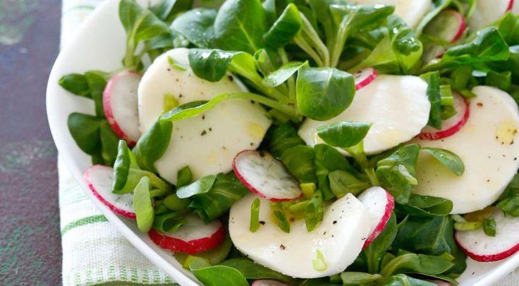Весенний салат средисом имоцареллой