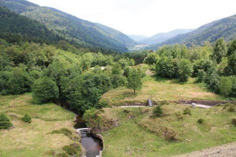 Depuis le barrage d'Alfeld, la vue est imprenable sur la vallée.