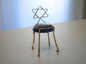 maghen dawidh 六芒星(篭目)   六芒星を作ってみました。  日本の皇室の紋章に菊が使われていますが、メソポタミヤを築いたシュメール文明に16枚の菊のシンボルが多く使われユダヤの紋章としても多く使われているそうです。また、この六芒星(カゴメ)又はダビデ星も同様で伊勢神宮の石灯篭に刻まれていて日本に古来シュメール人が訪れ日本国の基礎を築いた可能性があると言われています。  シュメールは紀元前3800年前後の文明で医学、法体系、慣習、金属加工、失業者保護  陪審員制度、二院制も整っており、天文学、数学も発達していたと言わえており、その一派か残党か主要メンバーか分かりませんが我が国に渡り何かしら寄与したと思うとタイムマシーンで過去を見てみたい気がします。   Beaumont des Crayeres