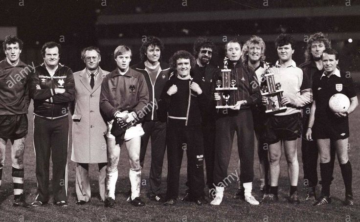 JEFF LYNNE AND BEV BEVAN 1985 PHOTO John Richards testimonial match at Molineux 2/12/85 LtoR Tim Flowers, Pat Foley, ????, Scott Barrett,, Bev Bevan, Ian Sludge Lees, Jeff Lynne, Jasper Carrott, Kenny Craig, Dave Harrison, Robert Plant, Alex Hamill
