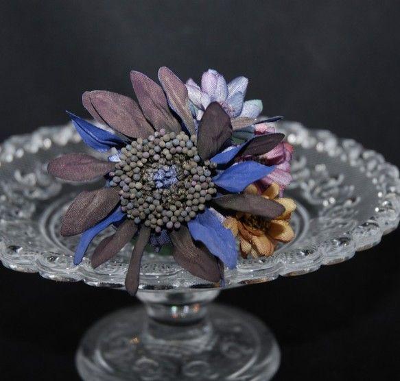 Alice's Adventures in Wonderland(不思議の国のアリス)をイメージしたお花で小さなコサージュを作ってみました。お花は濃...|ハンドメイド、手作り、手仕事品の通販・販売・購入ならCreema。