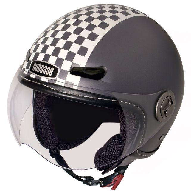 Nutcase Moto Helmet Retro Racer: geschikt voor (e-)scooter, moto en high-speed e-bike gebruiker. Deze helm heeft de perfecte pasvorm en combineert als geen ander stijl met comfort en veiligheid. Alle helmen beantwoorden aan de DOT FMVSS No.218 Safety Standard en ERE R22-05 voor scooter- en motorhelmen.