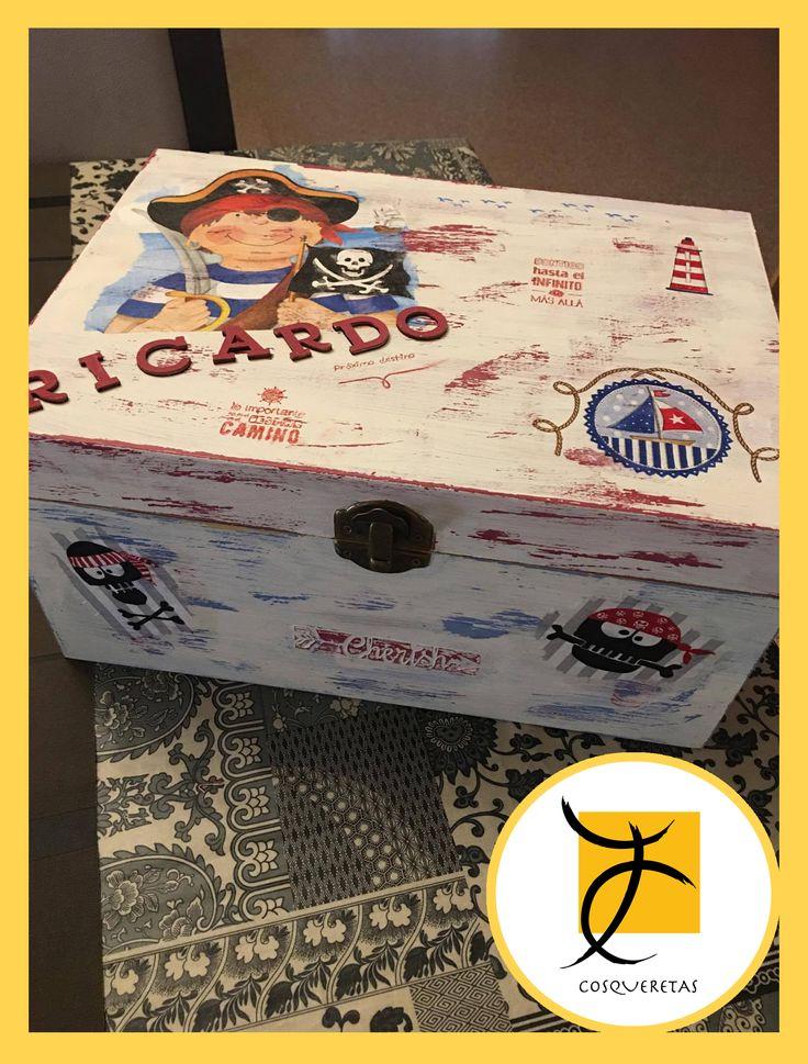 Caja decorada con un estilo muy pirata por María José Ibarra. Esta servilleta y muchas más de temática infantil en nuestra web: www.cosqueretas.es