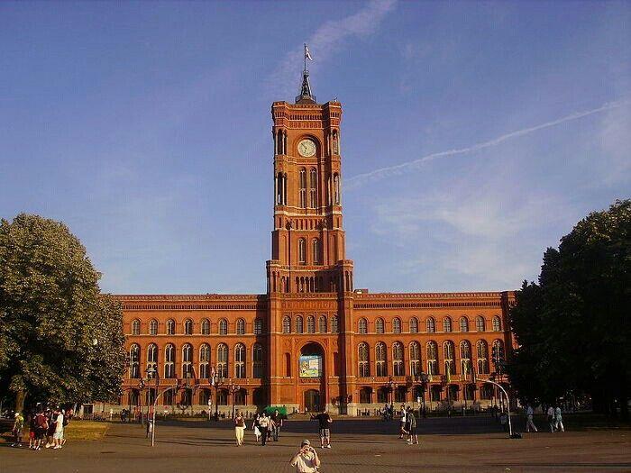 베를린 시내 한가운데에 있는 붉은 시청... 말 그대로 그냥 빨간 벽돌로 지어서... 이름도... ㅎㅎㅎ 지금은 앞에 지하철 공사중이라서 이런 사진이 안 나와요. ㅠㅠ 베를린은 365일 공사중  #리얼트립베를린 #베를린여행 #독일여행 #rathaus #베를린 #독일 #독일여행어디까지가봤니