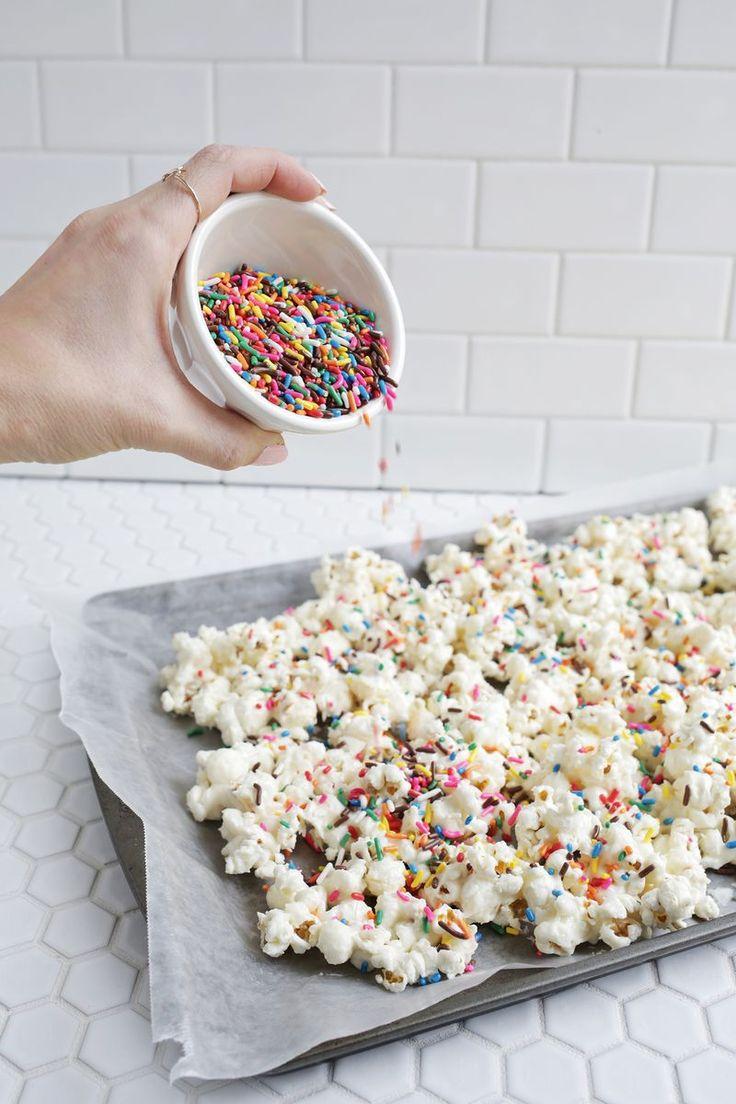 Gimmie! Birthday cake popcorn! (click through for recipe)