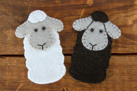 Marionnette à doigt petit mouton pour toutes vos aventures basse-cour.  2 de largeur de l'oreille à l'oreille et 2.75 de haut  Cousu de conception originale avec détails brodés à la main.