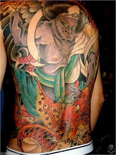 Gran tatuaje japones sobre la espalda, que además se ...