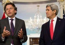 """30-Apr-2015 20:36 - KOENDERS SNAPT KRITIEK FAMILIE OVER REPATRIËRING NEPAL. Minister Koenders heeft begrip voor de kritiek van familie en vrienden van Nederlandse vermisten na de aardbeving in Nepal. """"Die bezorgdheid is volstrekt begrijpelijk"""", zei hij na een bezoek aan zijn Amerikaanse collega Kerry in Washington. De afgelopen dagen klonk er geregeld kritiek op de Nederlandse autoriteiten. Familie en vrienden van Nederlanders in Nepal klaagden dat het ministerie van Buitenlandse Zaken..."""