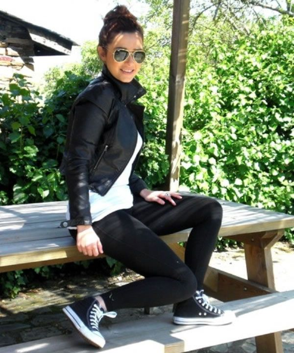 WEAR HIGH TOPS WITH SKINNY JEANS This is the easiest and most popular way to wear high tops for any casual happenings for both men and women. Women and Men look great in skinny jeans paired with high tops for any casual outing