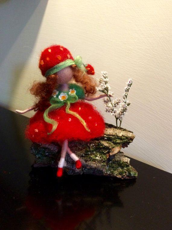 Naald vilten fairy, Waldorf geïnspireerd, wol fairy, Fairy aardbei in rode jurk…