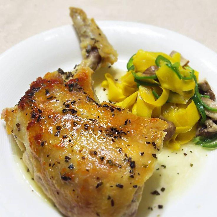 いいね!89件、コメント1件 ― rosa49さん(@rosa.49)のInstagramアカウント: 「#飲みながら #ながら料理 #本日の一皿 #骨付き鶏 のグリル #バジルバターソース  #ズッキーニパスタ の付けあわせ  彩りのピーマンはコンテナ植えの初収穫をつかいました  骨付き肉は旨み濃い😄…」