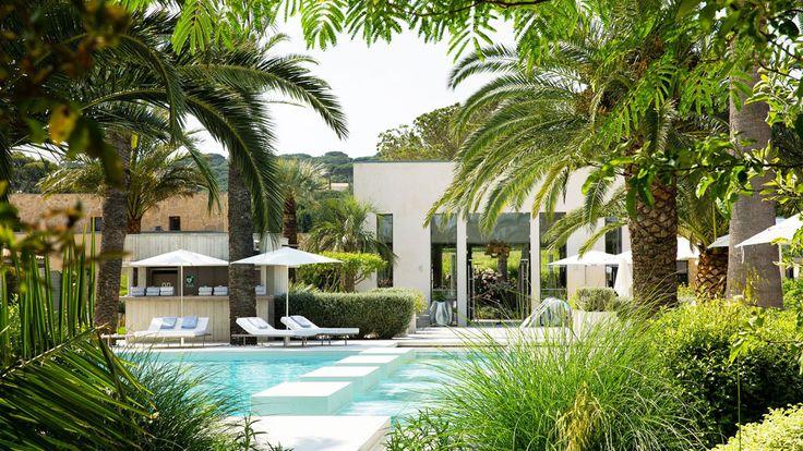 Tu en as assez de la foule et du stress? Il est temps pour toi de réserver ta chambre d'hôtel avec piscine privée pour un week-end en couple très romantique