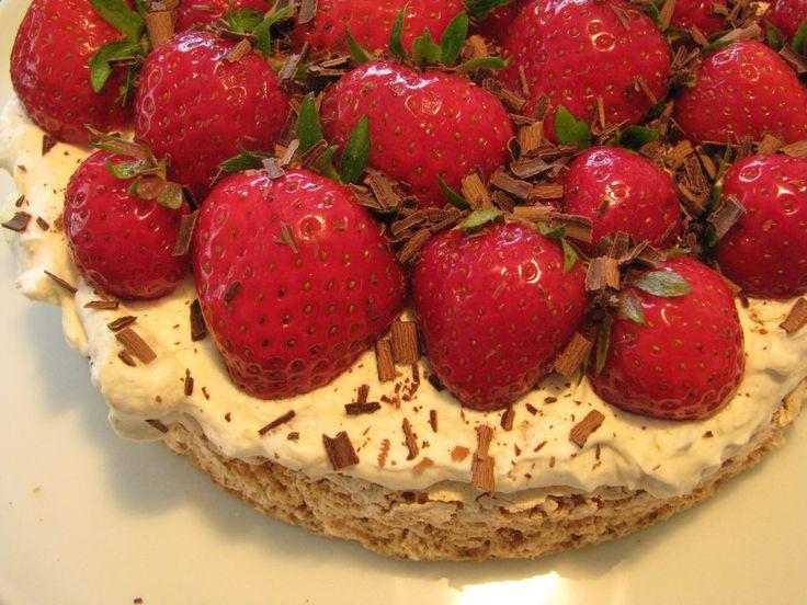 Gluten- og laktosefri mandeldrøm med rabarberskum og jordbær