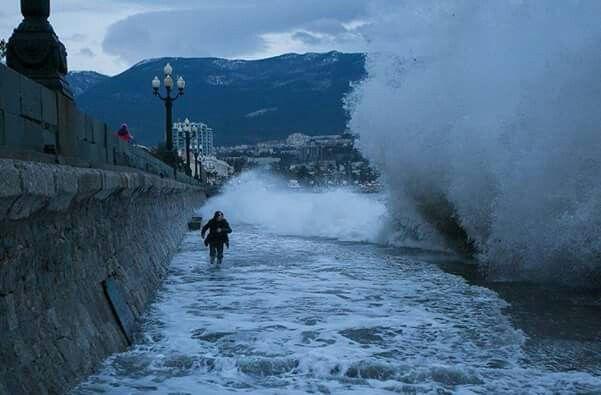 Зимний шторм на Черном море.Ялта. Крым.