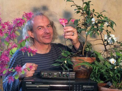 JEAN THOBY FAIT CHANTER LES PLANTES. Musicien et pépiniériste, Jean Thoby s'est passionné très tôt pour le monde végétal qui le fascine et ne cesse de l'enchanter. À Gaujacq, dans les Landes, il organise des concerts de plantes. Oui, de plantes ! C'est un monde en-chanté qui s'ouvre à nous… VIBRATION DES PLANTES... ET SI ELLES EN ÉMETTAIENT ? | Rebelle-Santé