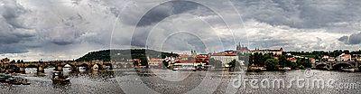 Взгляд замка Праги и Карлова моста, реки Влтавы в Праге, чехии