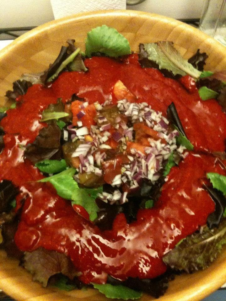 Romaine,laitue rouge,tomates,onion,et sauce framboise,poivron rouge