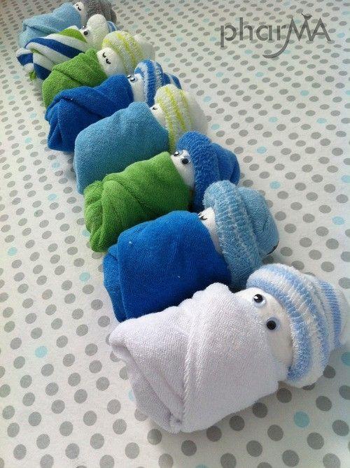 Geweldig cadeau voor een kraamfeest! Wikkel een handdoekje om een luier en een babysokje om een uiteinde. Paar oogjes erop en je hebt schattige poppetjes!
