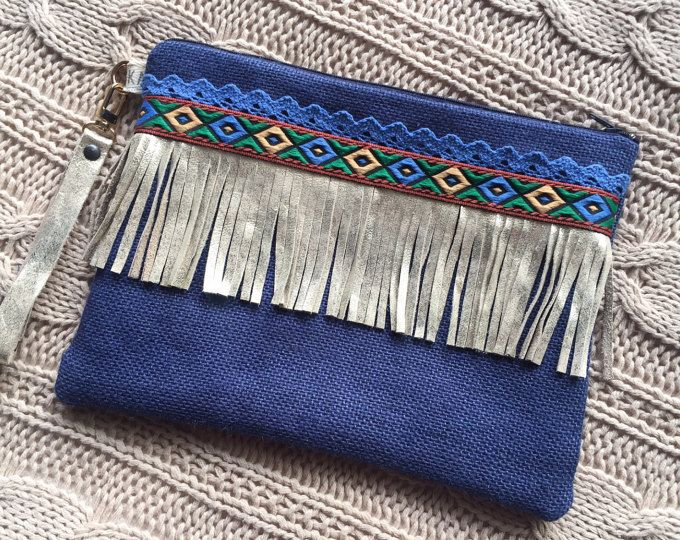 Each on of hand is done with much dedication. Select and combine specifically each material to achieve these results. Features: > is is of clutch made by hand with fabric of jute. > they include lining and interlining. > is closing (combined with the colors of the clutch), also can carry a metallic magnet closure. > selection of balls, embroidered ribbons, coins, chains, chamois, cotton tapes... Dimensions: Width: 27 cm Height: 20 cm If you have any questions or special requests please…