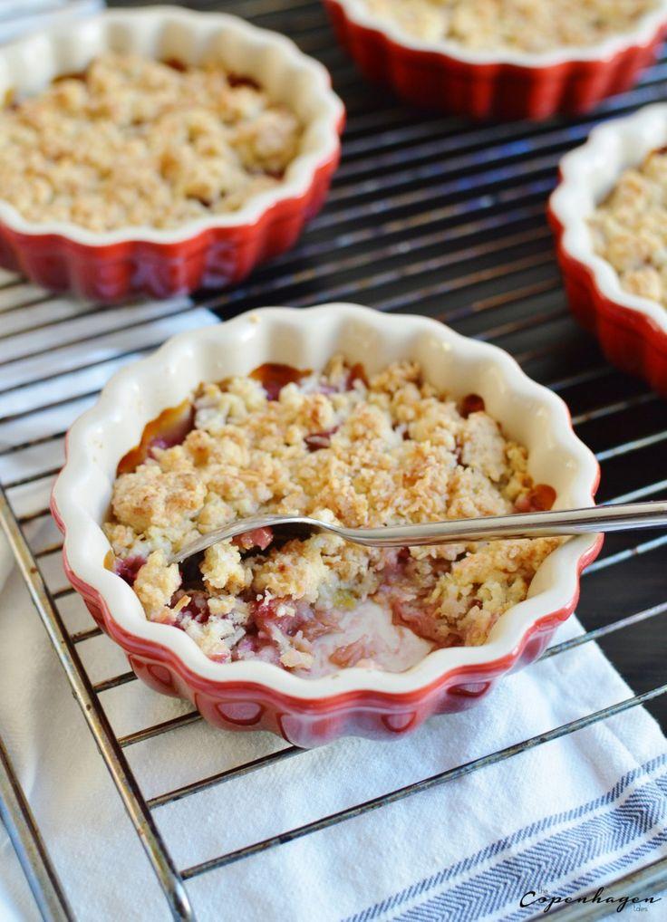 Individual Danish mini rhubarb crumble pies with coconut | The Copenhagen Tales