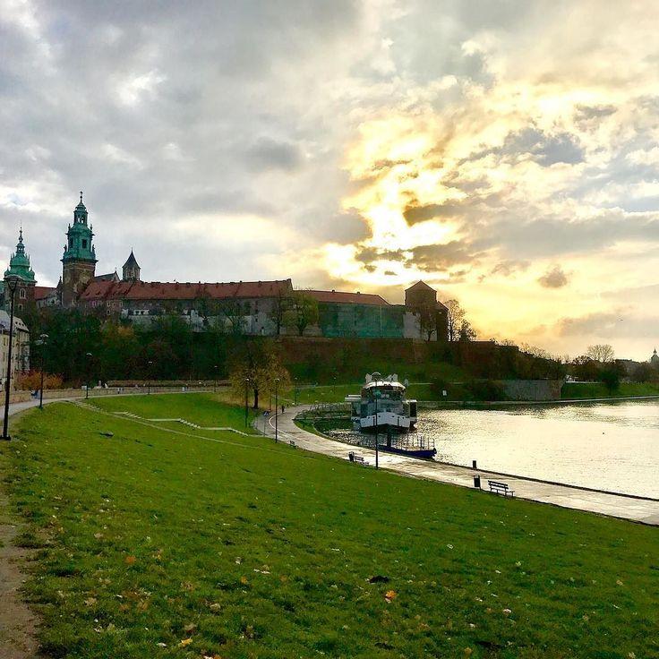 Новый день  настиг меня в Польше  хоть  я и не впервые раз в Кракове  чувство туриста все равно не покидает меня   #этожизнь #осень #жизньхороша #путешествие #октябрь #2016 #travel #october #traveling #reisen #wawelcastle #krakow #poland #краков #польша