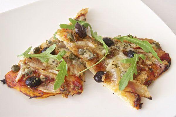 Pizza de cebolla y roquefort. Si te gustan los quesos fuertes, ésta es tu pizza. Con mucho roquefort y otros toques potentes, como tápenas, olivas negras y rúcula. Una pizza muy potente y deliciosa!
